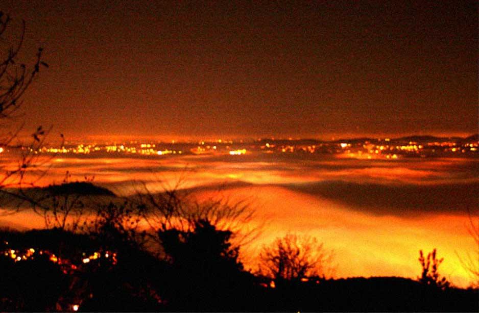vista dall'alto di una città illuminata