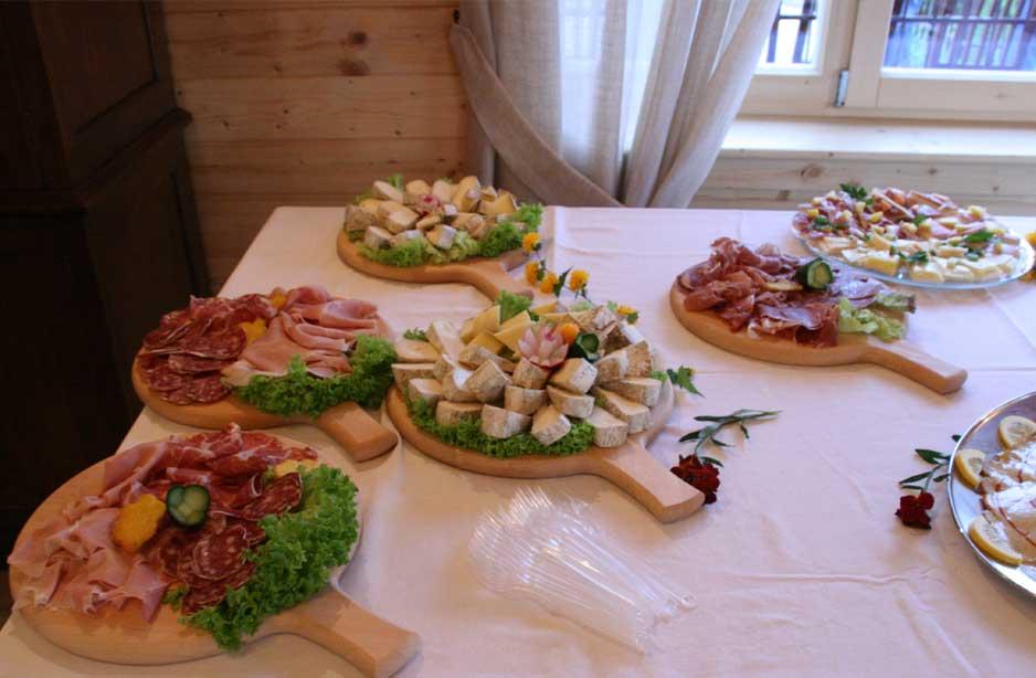 un tavolo con dei taglieri con salumi e formaggi