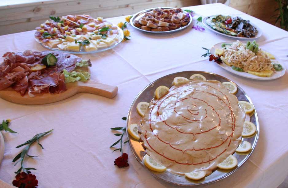 un tavolo con un vassoio di vitello tonnato e altri antipasti