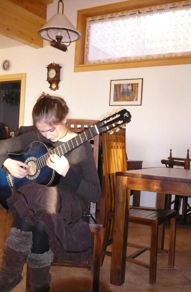 una donna mentre suona una chitarra