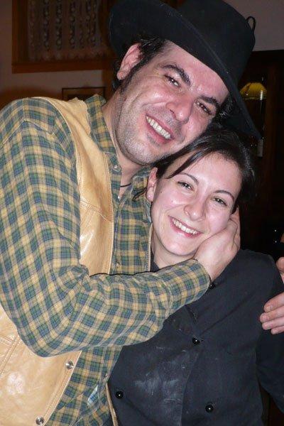 un uomo con cappello da cowboy e una donna abbracciati