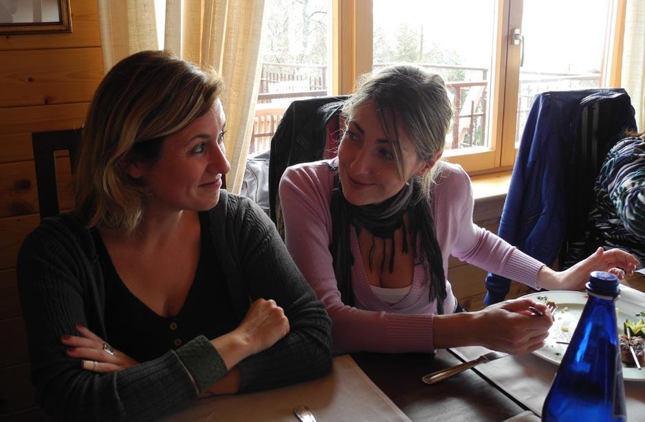 due donne sedute a  tavola