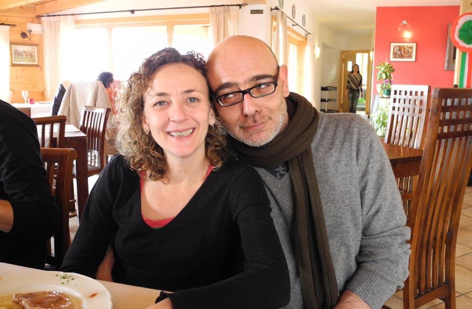 un uomo e una donna seduti a tavola