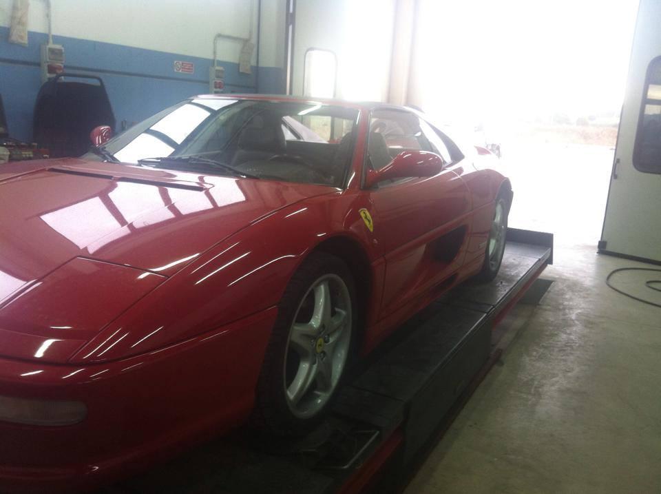 Una Ferrari in officina