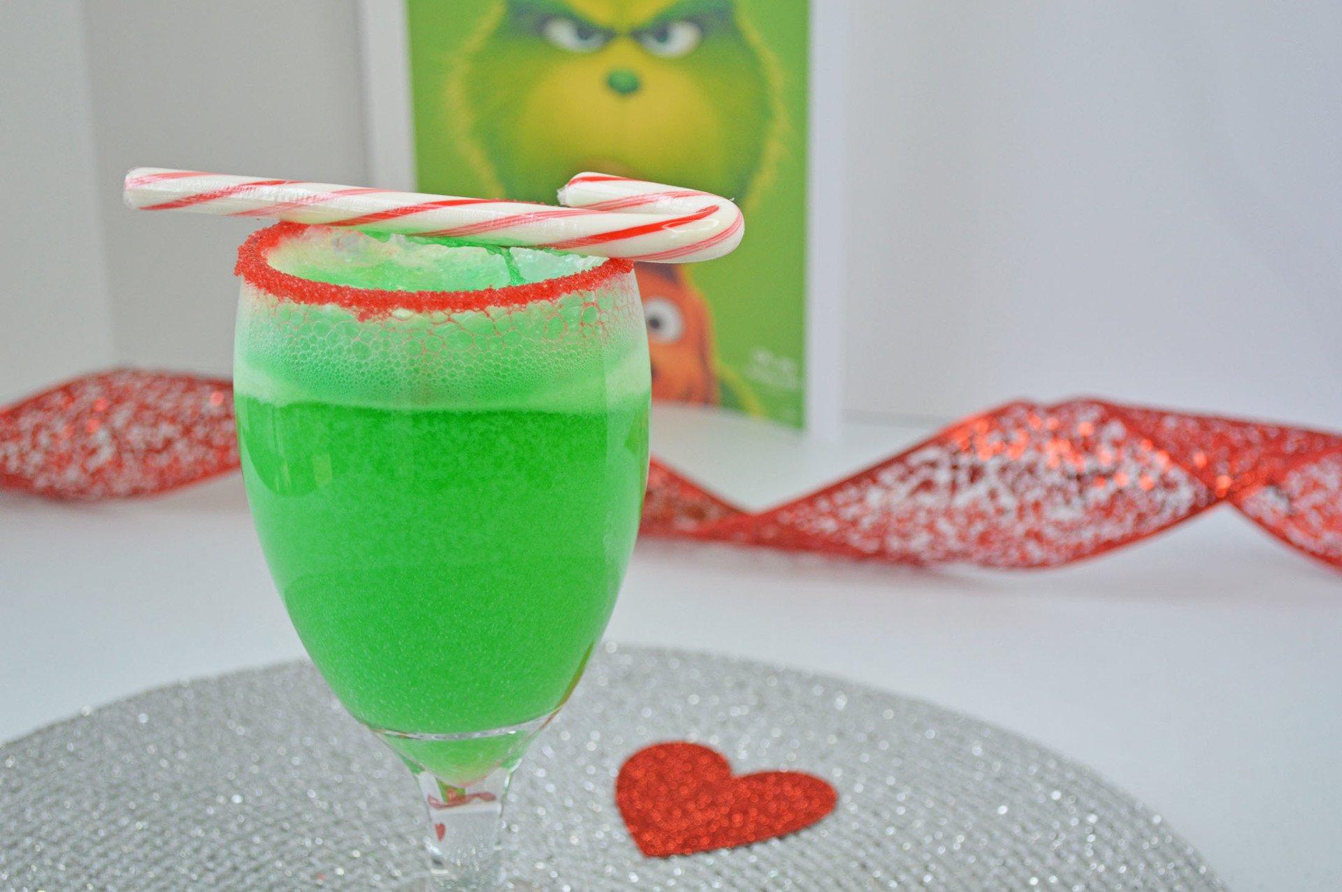 742bc4d60 Um clássico do natal, coquetel inspirado no clássico filme o Grinch. Esse  drink também pode ser adaptado para uma versão sem álcool, para reunir  crianças e ...