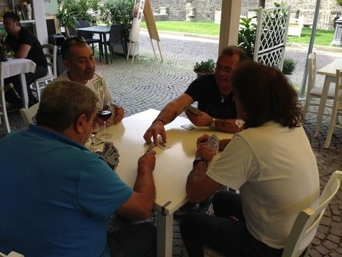 quattro uomini giocano a carte