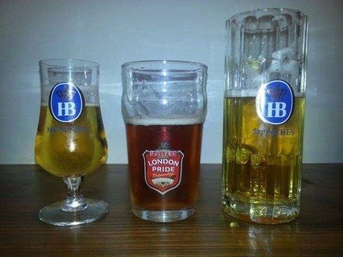 due bicchieri di birra HB e uno di London Pride