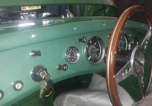 interni di una macchina cabriolet d'epoca di color verde