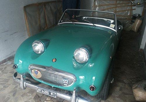 una macchina d'epoca color verde smeraldo