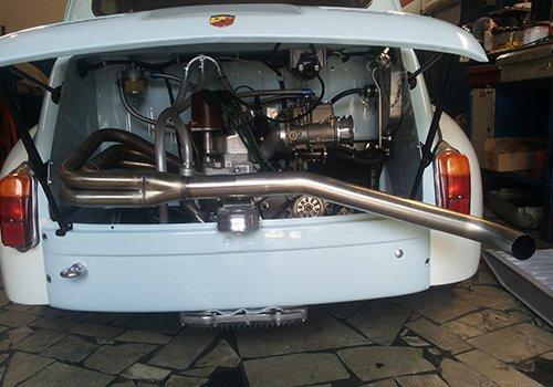 una macchina bianca  d'epoca con il motore dietro
