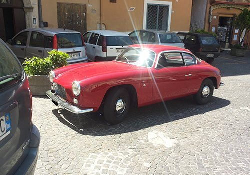 una macchina d'epoca rossa