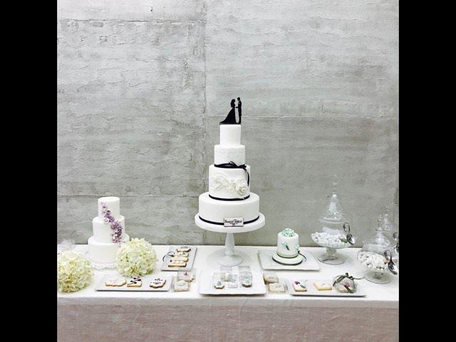 una torta di matrimonio con buffet di dolci