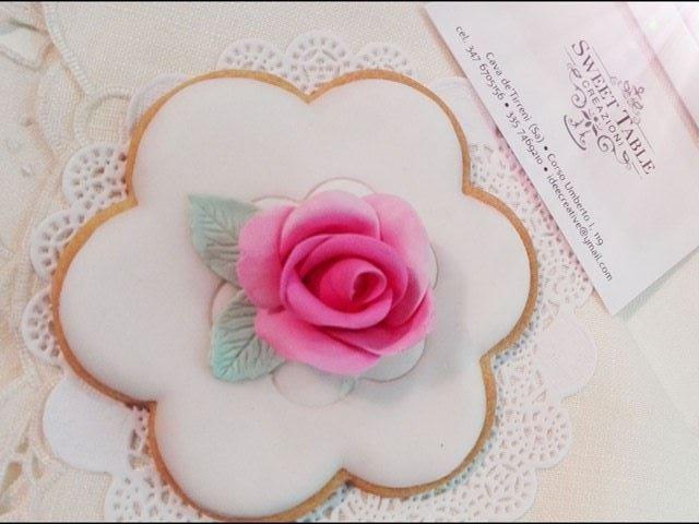 una rosa decorativa come segnaposto