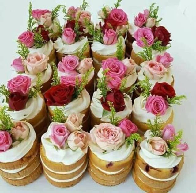 pasticcini con sopra fiori edibili