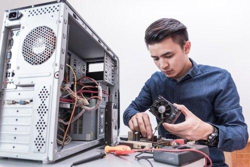 ragazzo ripara ardware di un computer