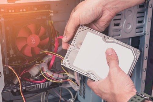 mani intente a sistemare meccanismi di un computer
