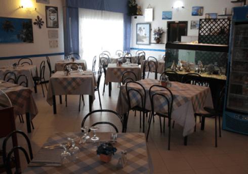 i tavoli all'interno del ristorante e un acquario