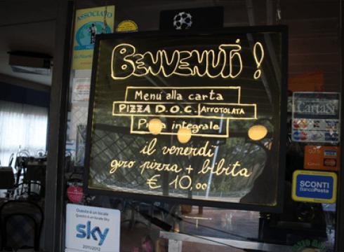 un cartello con scritto benvenuti