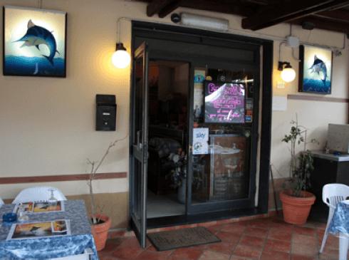 la porta aperta del ristorante