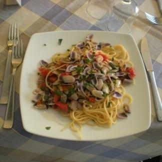 degli spaghetti alle vongole e altre verdure