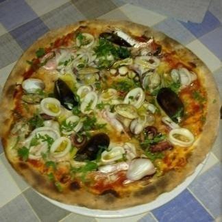 una pizza ai frutti di mare