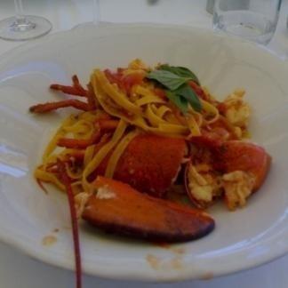 un piatto di tagliatelle all'astice e del basilico