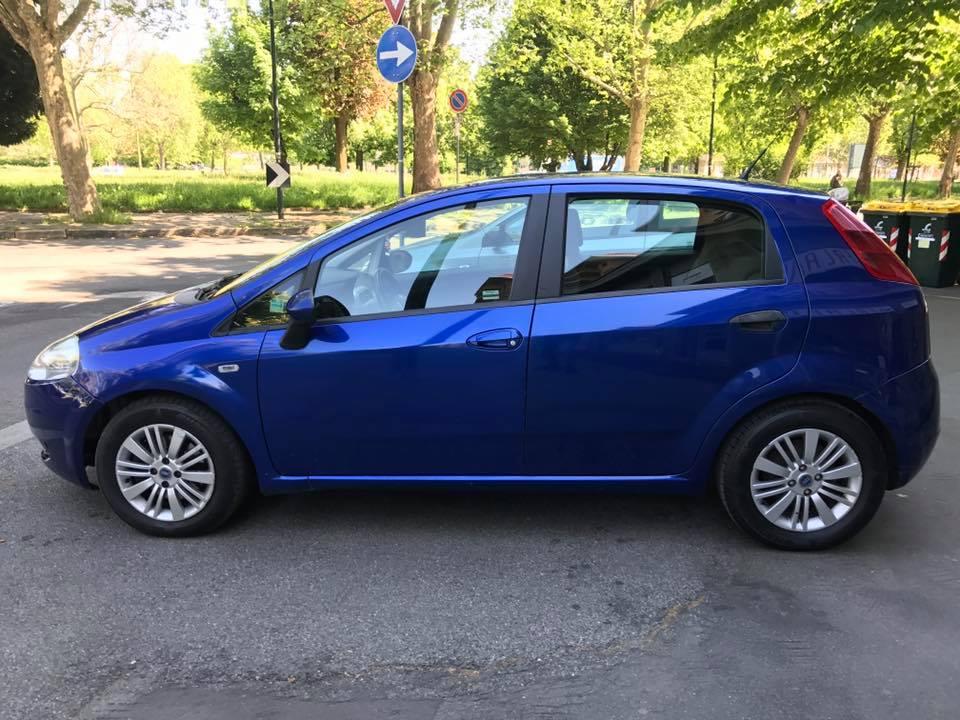 Auto blu metallizzato