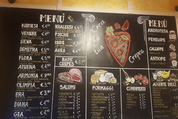 il menu scritto su una lavagna all'interno del