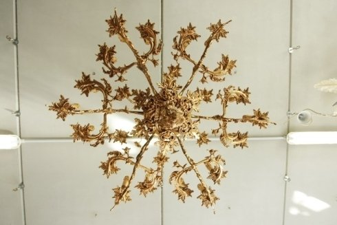lampadari con foglie dorate