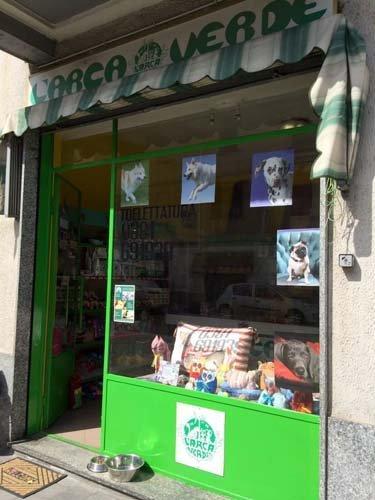 vetrina di un negozio di animali- vista laterale