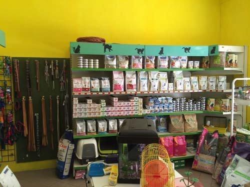 scaffale di prodotti per animali in un negozio