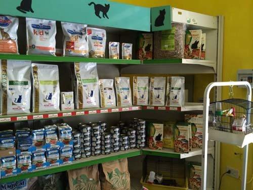 vista frontale di uno scaffale in un negozio con prodotti per animali