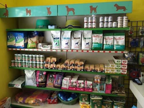 prodotti per animali nello scaffale di un negozio