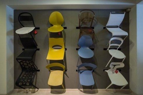 sedie gialle, sedie azzurre, sedie in varie forme