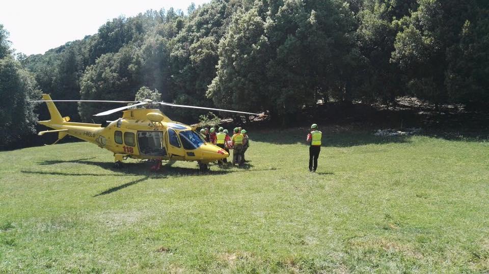 dei soccorritori vicino a un elicottero