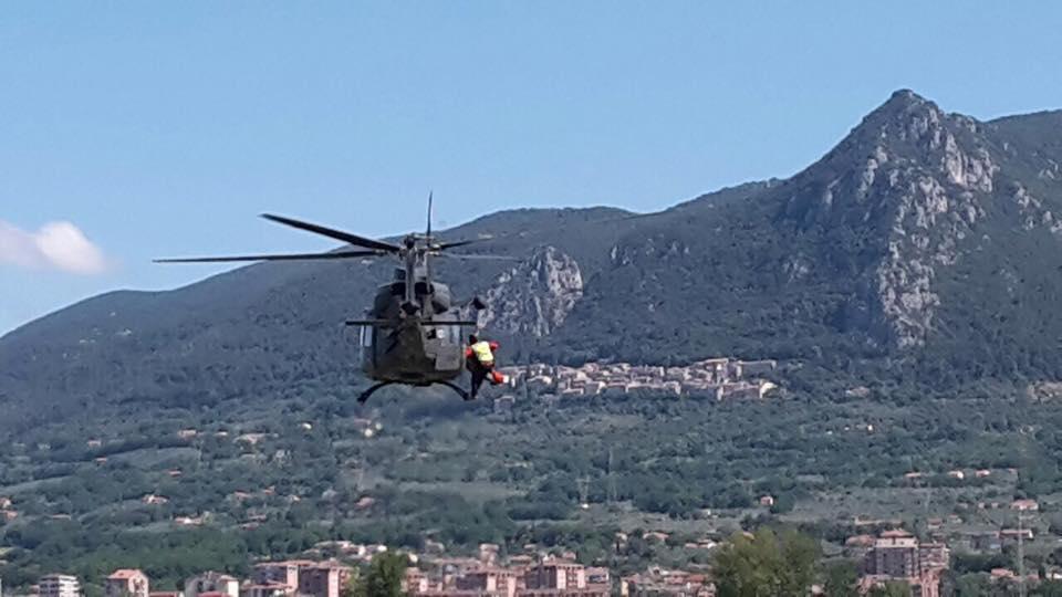 un soccorritore che sta per scendere da un elicottero dall'alto