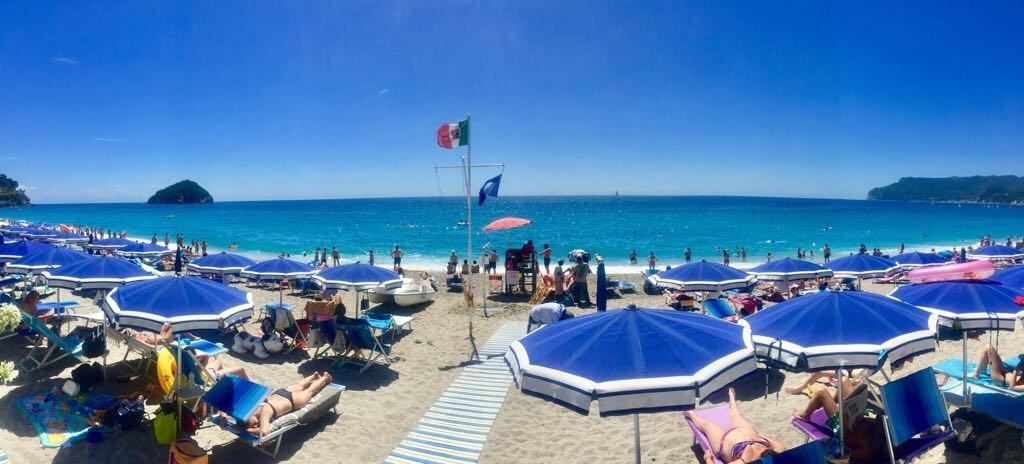 spiaggia con ombrelloni blu