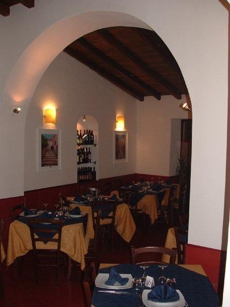 vista dei tavoli all'interno di un ristorante