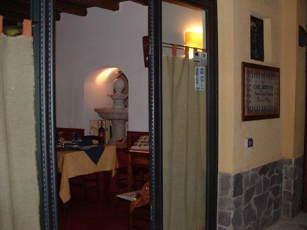 l'entrata di un ristorante e vista di un tavolo all'interno