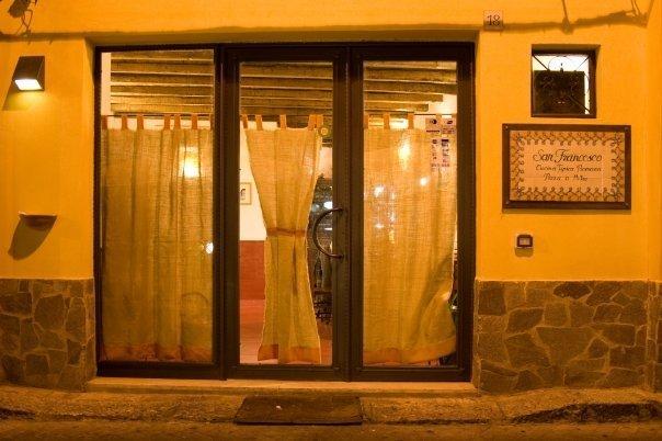 vista da fuori della porta d'entrata del ristorante San Francesco