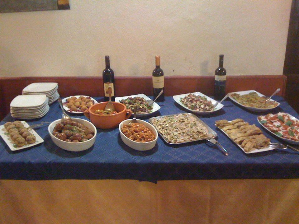 un buffet con degli antipasti e altre specialità'