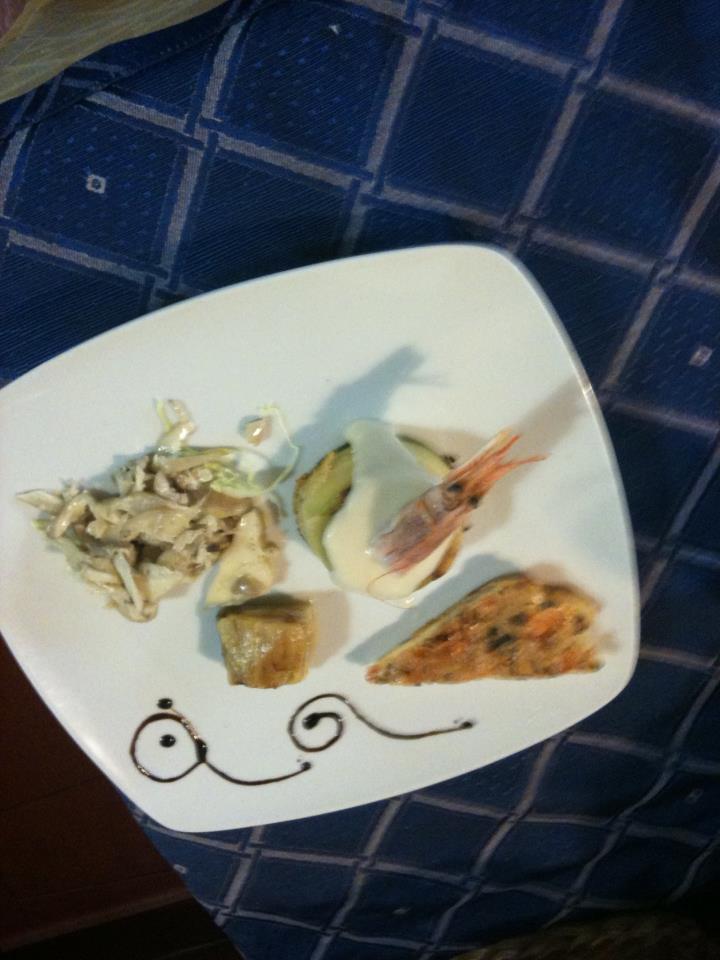 un piatto con scampi e altro pesce