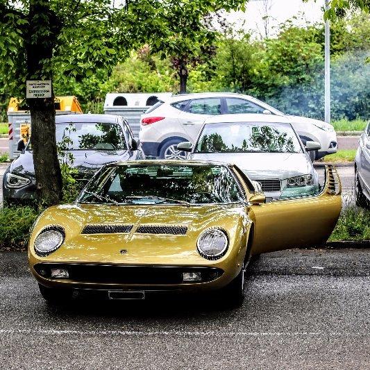 auto vintage restaurata su fondo neutro