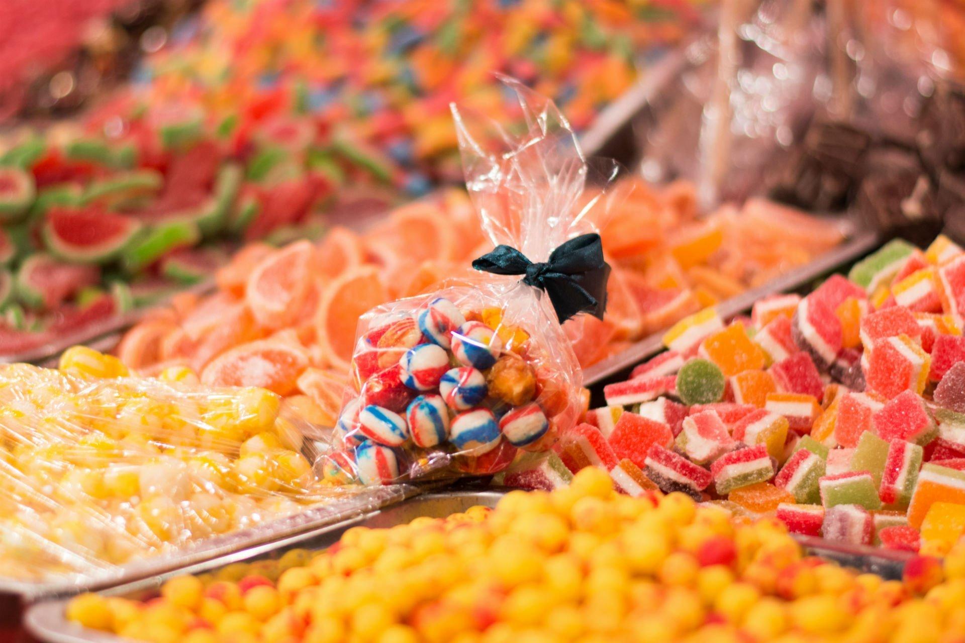 delle caramelle gommose zuccherate sfuse e confezionate