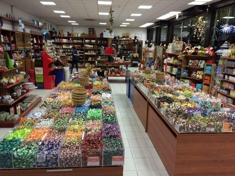 delle caramelle dentro a delle vetrine in esposizione in negozio