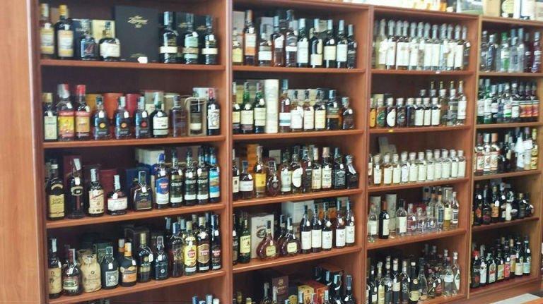 uno scaffale con delle bottiglie