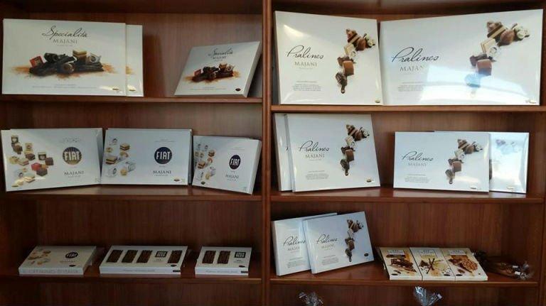delle confezioni di cioccolatini in uno scaffale