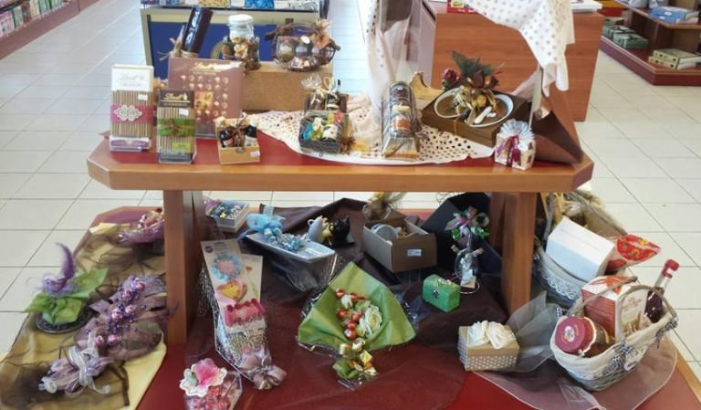 delle confezioni di cioccolato, un cestino e altre confezioni regalo