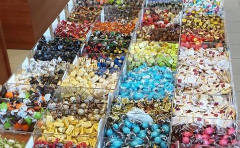 dei cioccolatini incartati e delle caramelle