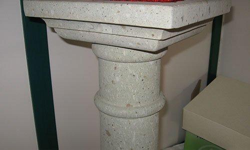 vista di una struttura in pietra a forma quadrata sorretta da una piccola colonna